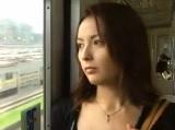 夫に不倫された腹いせに電車に乗り合わせた男性とセックスする人妻