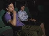 映画館で成人映画を一人で見ていた男性の隣に座り逆痴漢しちゃうエロい痴女妻