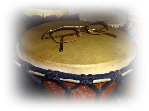 DSC01667太鼓の上のメガネ