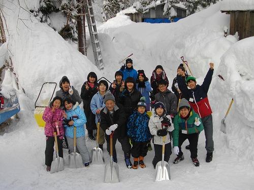 s-雪かきが終わり釜石の子供達と96才のおじいちゃんと記念写真