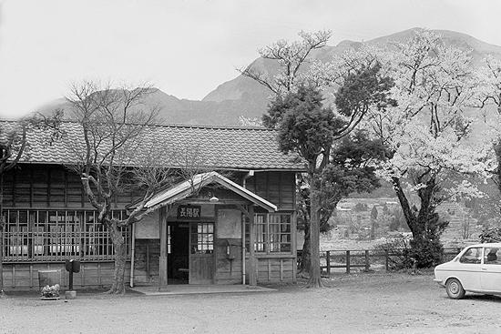 早春の長陽駅