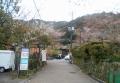 上り口、左は神社、右手前にプールがあった