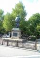 策で囲われた西郷像
