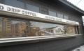 珈琲店の窓ガラスに映る小金井街道