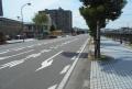 県道212号線(右は平作川)