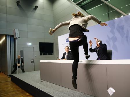 ECB総裁会見中に乱入したお姉さん