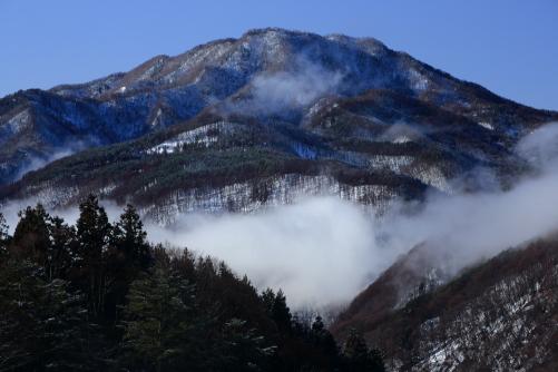 雲の流れる戸倉山