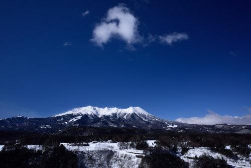 青空に雲の浮かぶ御嶽山
