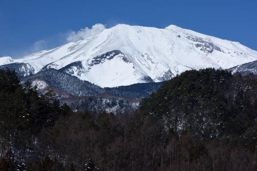水蒸気を吹き上げる御嶽山