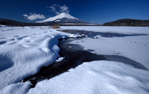 山中湖雪原と富士山-1