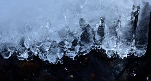 川辺の氷柱
