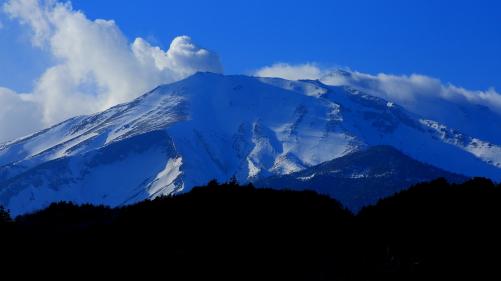 噴煙立ち昇る霊峰御岳山