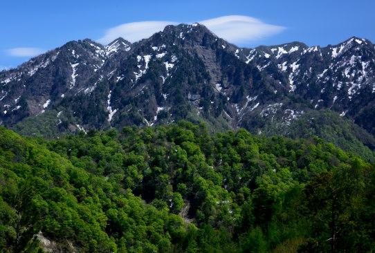 雲と若葉の森の彩る西岳