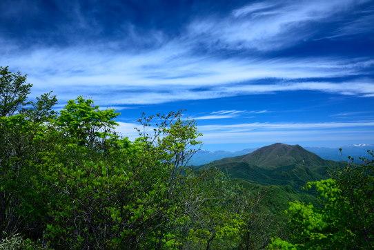 鼻曲山小天狗から望む四阿山と高層雲