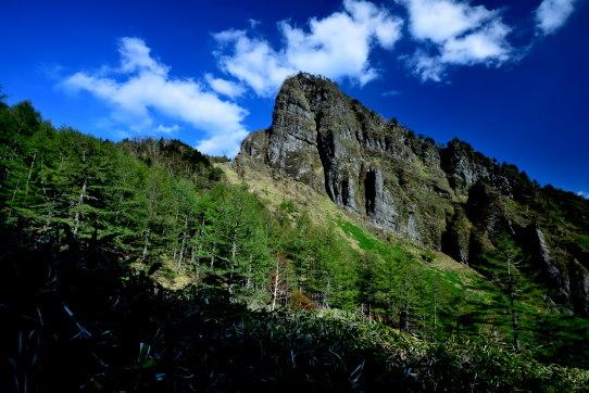 若葉と雲の映える浅間牙山