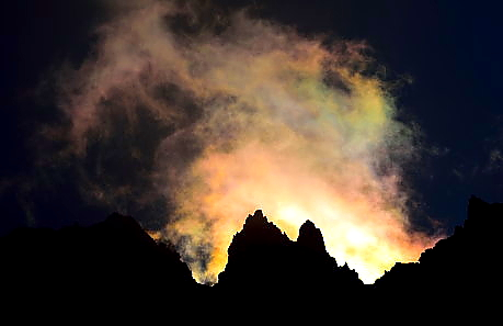 彩雲と岩峰