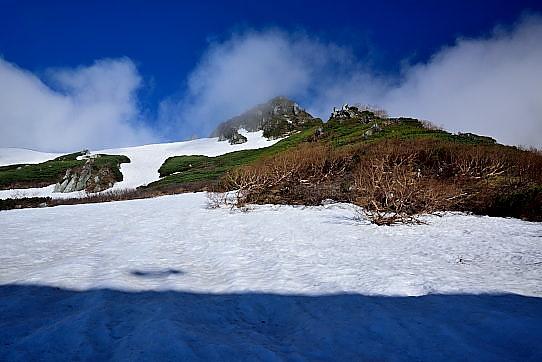 残雪に映える岩峰