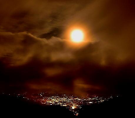 夜景と流雲と満月