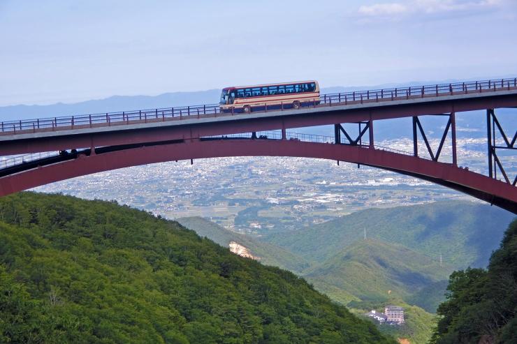 不動沢橋を行く福島交通バス