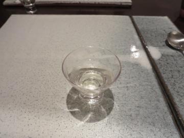 日本酒を猪口で