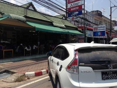 右の車はミャンマーから