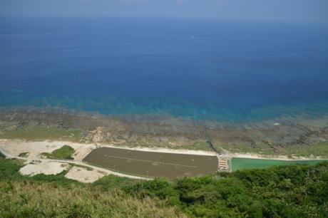 24エビ養殖場と海