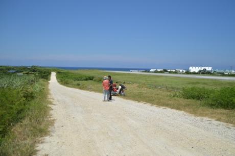 6空港横の白い道