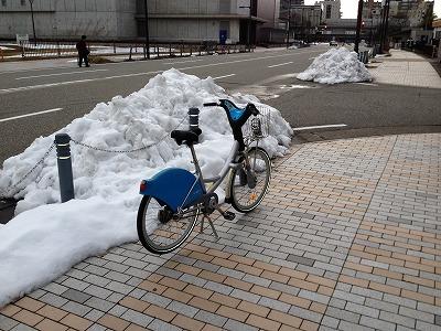 富山市道路脇の根雪