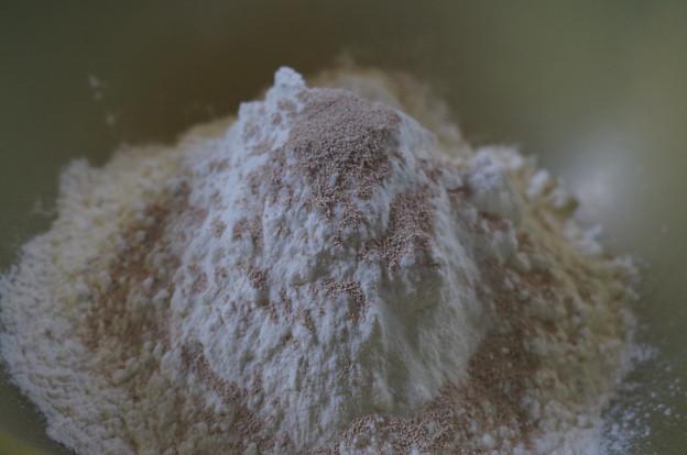 粉類を混ぜます
