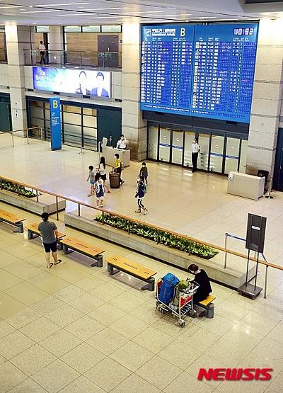 韓国で中東呼吸器症候群(MERS=マーズ)感染者が増えていることから、海外からの観光客が相次ぎ来韓をキャンセルし、観光業界が悲鳴を上げている。写真は5日午前、閑散とした仁川国際空港の入国ロビー。