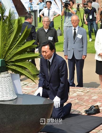 鳩山由紀夫元首相は2015年8月12日、韓国・ソウルにある西大門刑務所歴史館で、靴を脱ぎ、ひざまずき、合掌し、土下座したが、後ろの韓国人たちの笑い者にされた