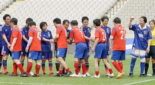 日韓親善サッカーを終え、握手を交わす両国議員ら=13日、ソウル(共同)