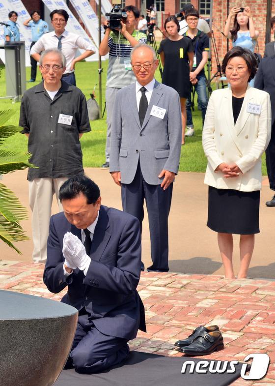 韓国・ソウルにある西大門刑務所歴史館で、靴を脱ぎ、ひざまずき、合掌し、土下座した鳩山由紀夫の姿を見て必死に笑いをこらえる韓国人たち後ろの韓国人?ですら笑ってるやんwwwwwwwwwwww