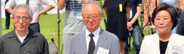 韓国・ソウルにある「西大門刑務所歴史館」で、靴を脱ぎ、ひざまずき、合掌し、土下座した鳩山由紀夫の姿を見て、後ろで笑いをこらえる韓国人たち