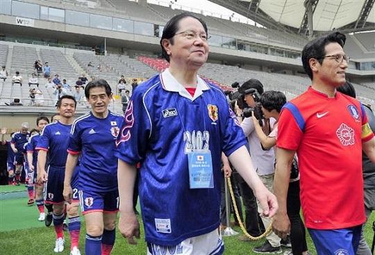 日本と韓国の超党派の国会議員ら計約40人が13日、ソウルのワールドカップ競技場でサッカーの親善試合
