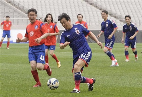 親善サッカーでボールを追う、日本と韓国の国会議員ら=13日、ソウル(共同)
