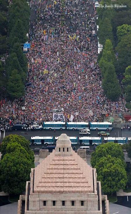 安保法案 国会周辺で最大規模の反対集会
