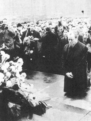 西ドイツのブラント元首相は1970年12月7日、ポーランドの「ワルシャワ・ゲットー」(ユダヤ人慰霊塔)で跪き、ナチスの犯罪については謝罪したが、戦争については謝罪せず、逆に戦後ポーランドによるドイツ領からの
