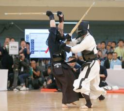 男子団体決勝で面を決める竹ノ内佑也(左)=日本武道館