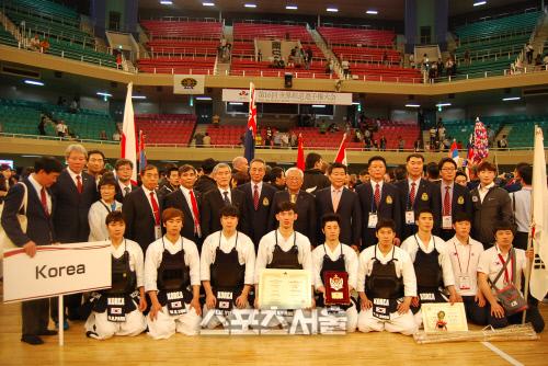画像:韓国人の剣道代表チームが31日、東京武道館(武道館)で開かれた第16回世界剣道選手権大会団体戦で準優勝した後、記念撮影している