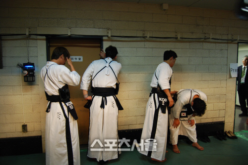 悔しい審判の判定に準優勝を獲得した韓国男子選手たちが試合後、涙を流している
