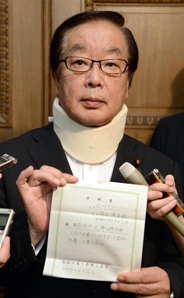 頸椎捻挫の診断書を手に記者団の取材に応じる渡辺博道厚労委員長=12日午後、国会内(酒巻俊介撮影)※画像を一部加工しています