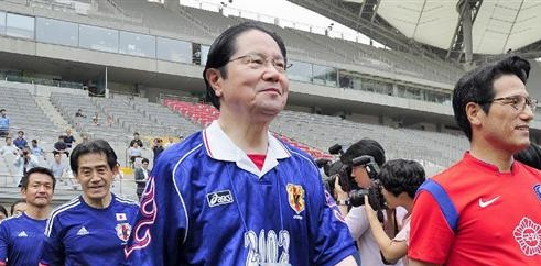 日韓議員の親善サッカーに臨む、衛藤征士郎元衆院副議長