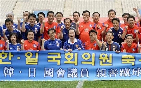 日韓親善サッカーを前にポーズをとる両国議員ら=13日、ソウル(共同)