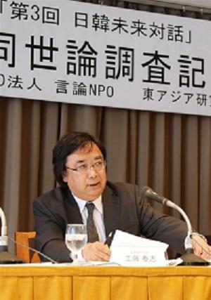 世論調査の結果を発表する「言論NPO」の工藤泰志代表=29日午後、東京・有楽町の日本外国特派員協会