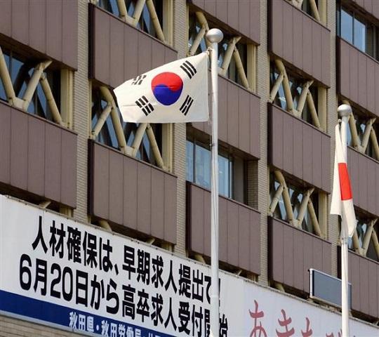 補助金を出して韓国への修学旅行を促進する秋田県庁。この日は韓国国旗が掲げられた=2日(渡辺浩撮影)