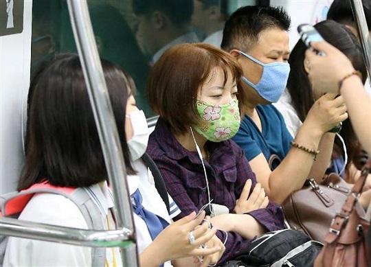 3日、MERS感染が拡大し、ソウル市内の地下鉄内でマスク姿の人たち(聯合=共同)