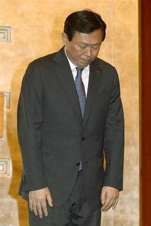 記者会見で韓国国民に謝罪した重光武雄氏の次男昭夫氏=11日、ソウル(共同)