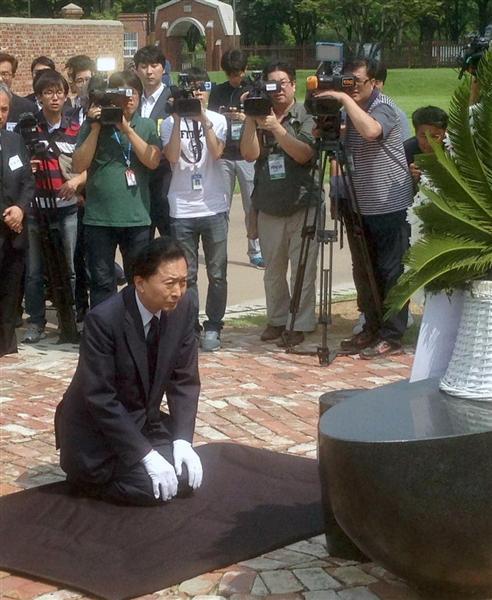 モニュメントに献花し、膝を屈する鳩山元首相=12日、ソウルの西大門刑務所跡地(名村隆寛撮影)