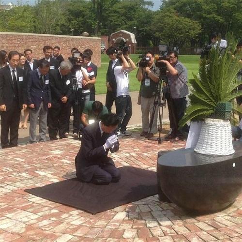 モニュメントに献花し、膝をついて合掌する鳩山元首相=ソウルの西大門刑務所跡地(名村隆寛撮影)